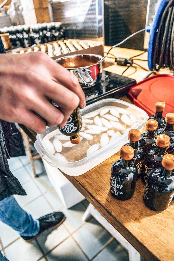 Daisy Gin doppen voor de fles maken, Alles over gin.