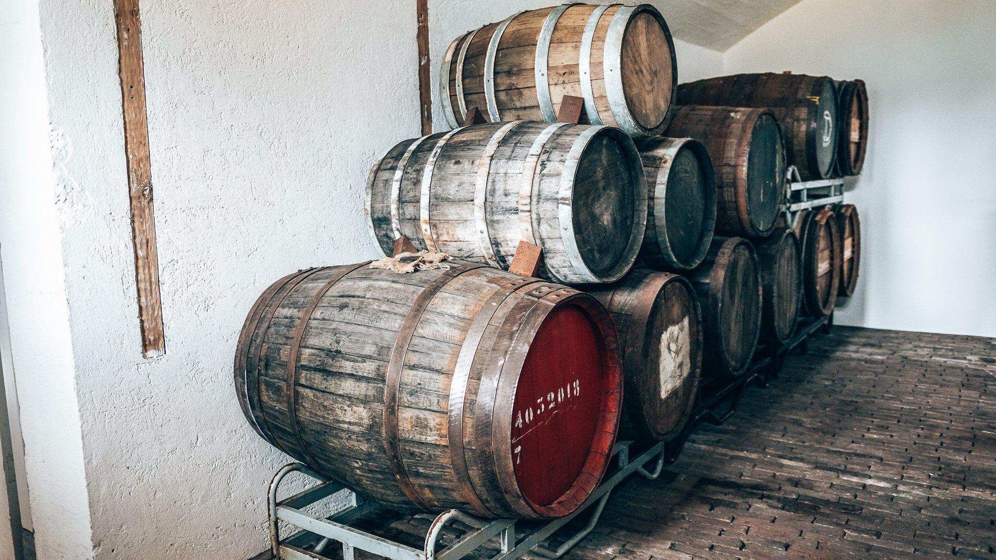 Whiskyvaten bij Tolmann's Distillery, Fort van Vijfhuizen, Alles over gin.