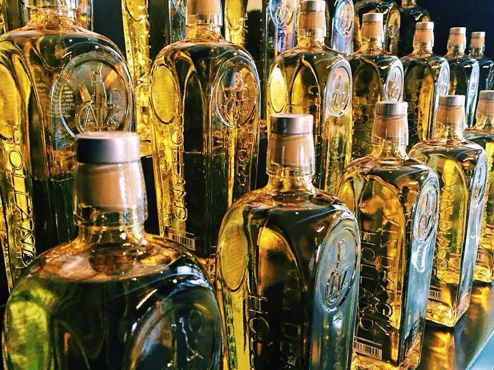 CATZ Dry Gin flessen in een rij, Alles over gin.