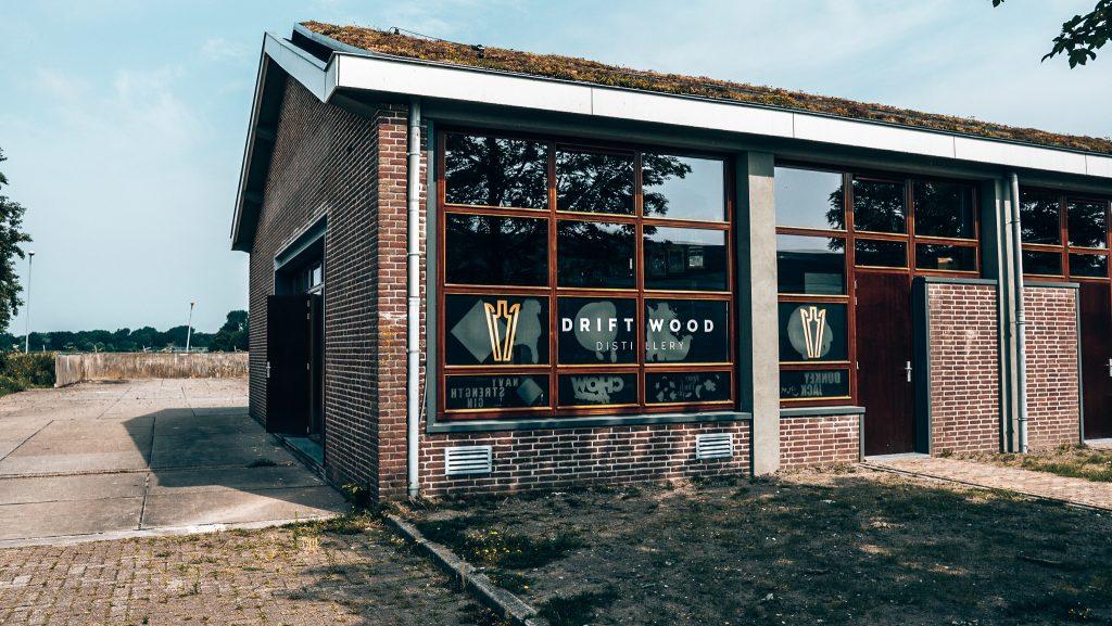 Driftwood Distillry van de buitenkant, Alles over gin.
