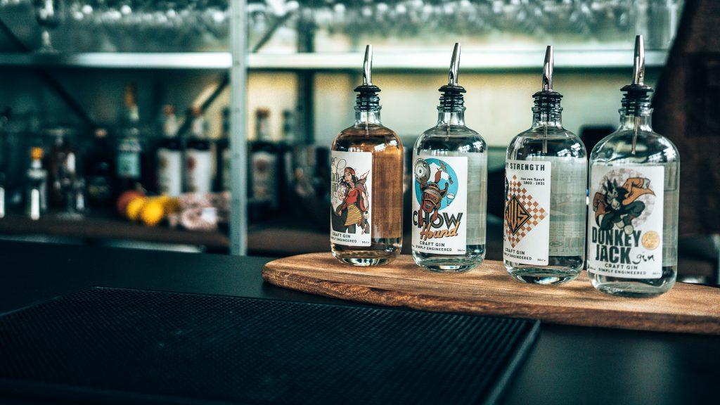 Een kijkje in de keuken bij Driftwood Distillery, vier gins, Alles over gin.