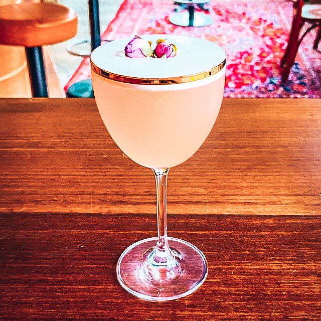 Gin cocktail, Kiss from a Rose by Alex Falk, Alles over gin.