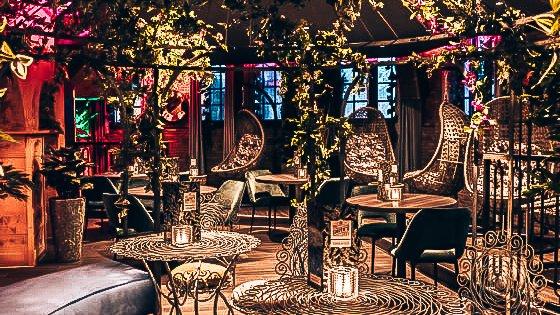 Interieur bij Mr. Smith's, Groningen, Alles over gin.