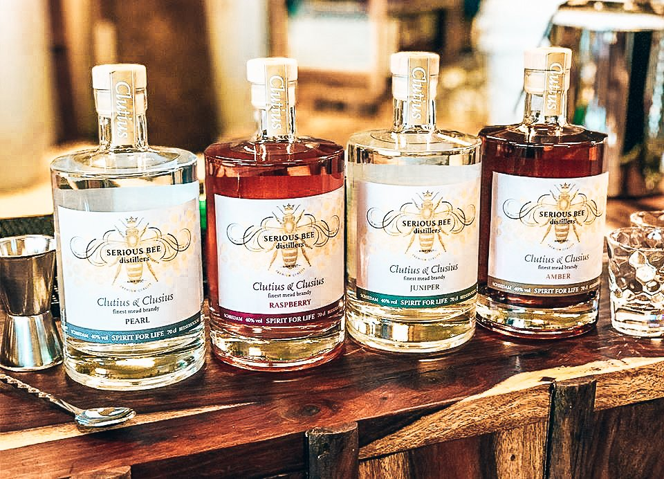 Productrange Serious Bee Distillers, Stichting BeeSerious, Alles over gin.