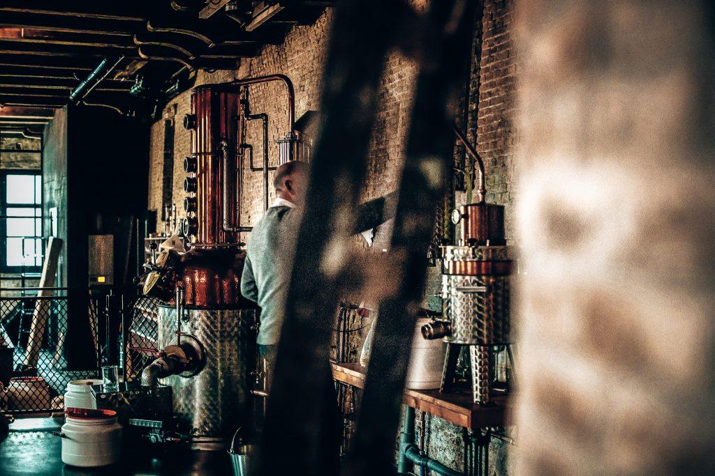 Productie van Slagers Gin, Onder de Boompjes, Schiedam, Alles over gin.