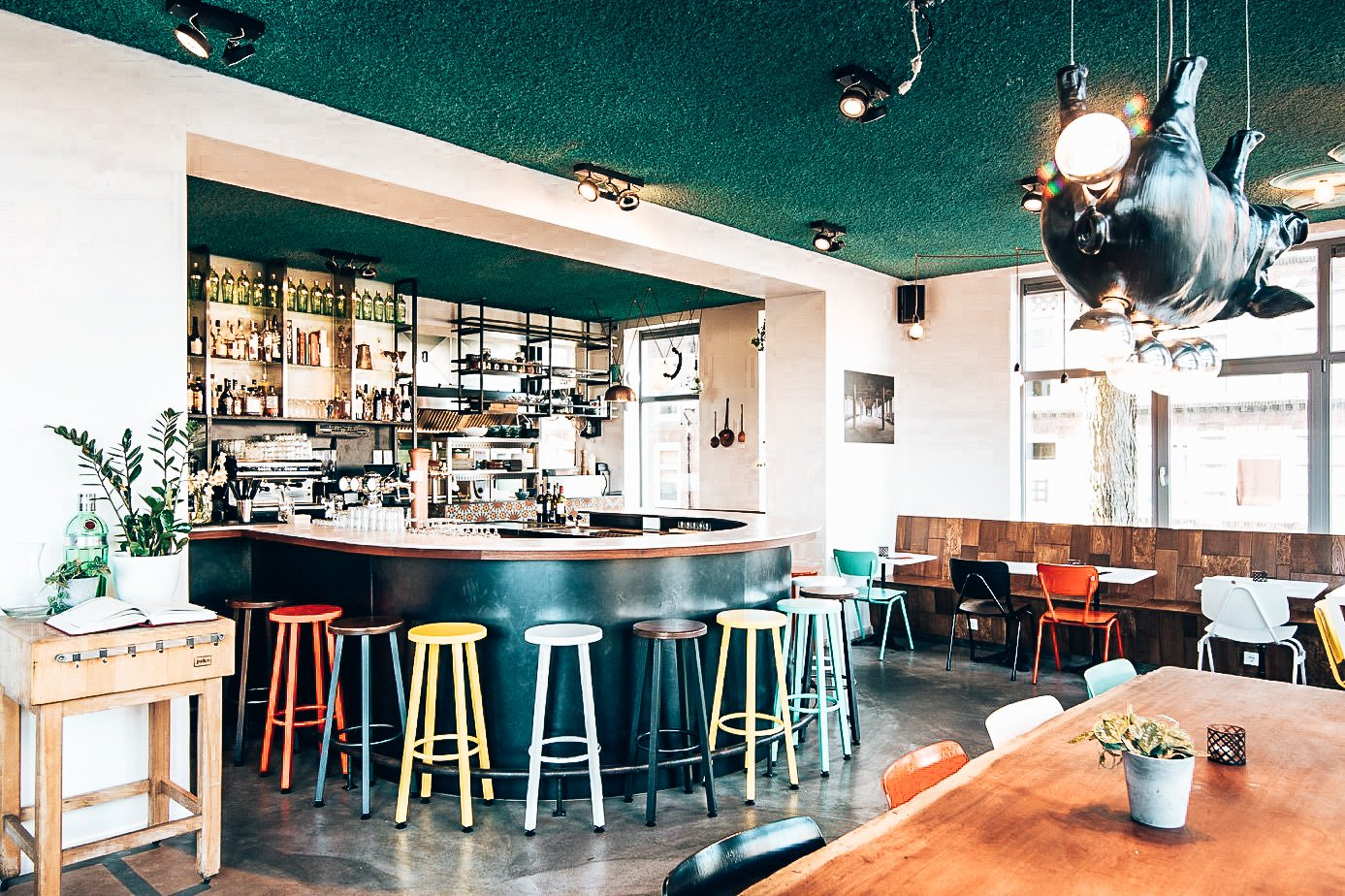 De bar van Taberna Pikoteo, Amsterdam, Alles over gin.