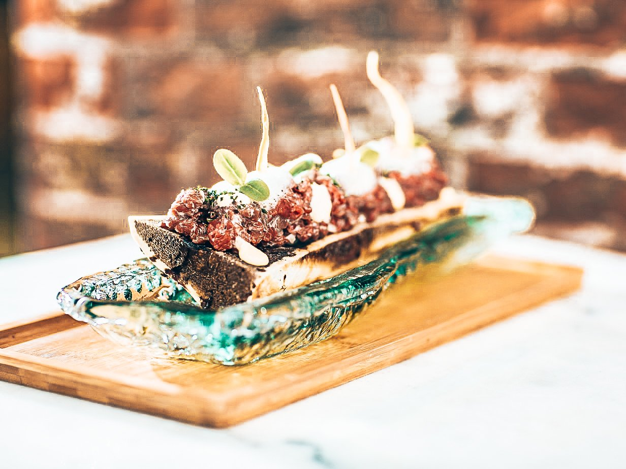 Steak tartare geserveerd op een roasted bone marrow, Taberna Pikoteo, Amsterdam, Alles over gin.