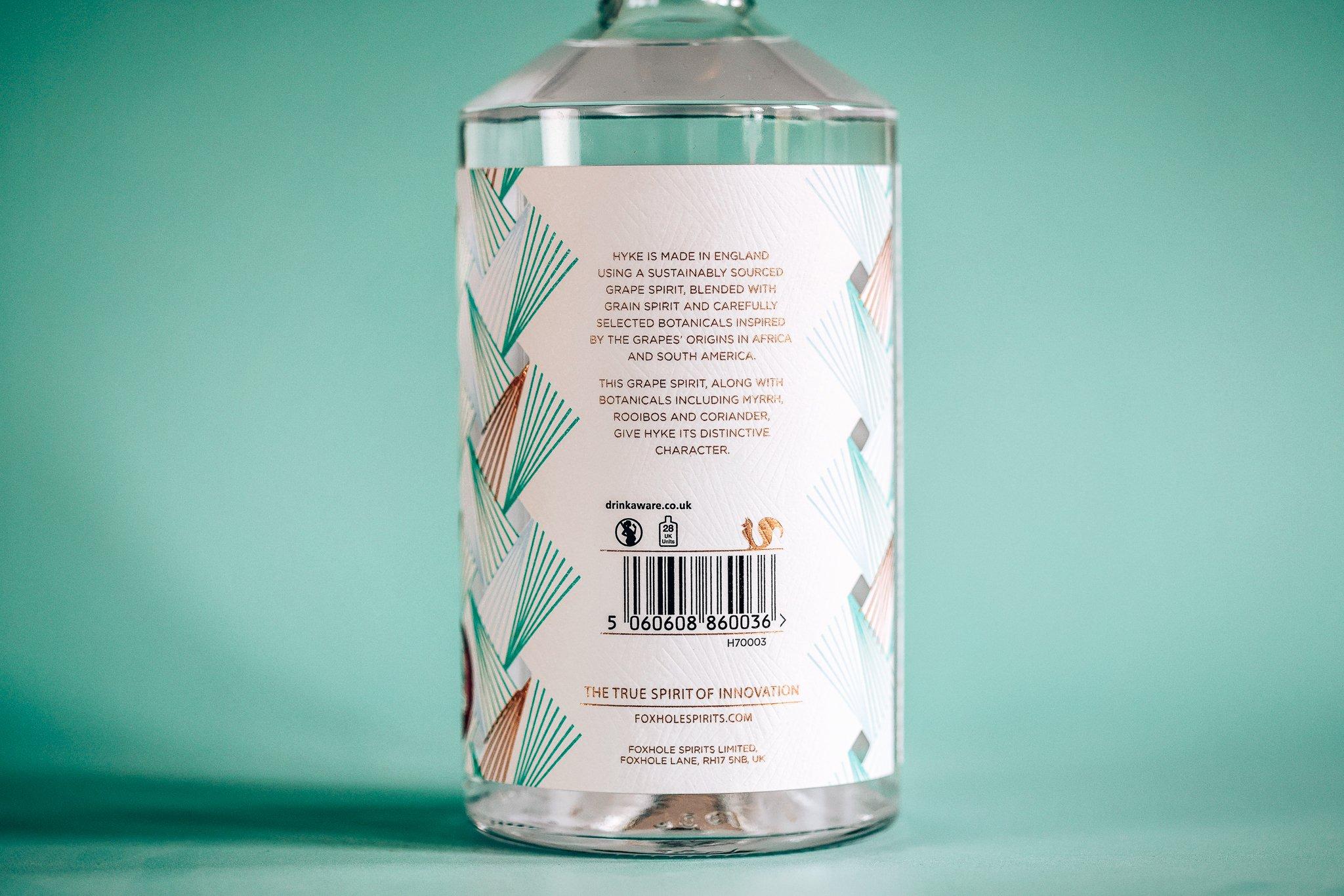 Achterkant fles HYKE Gin, Alles over gin..jpg