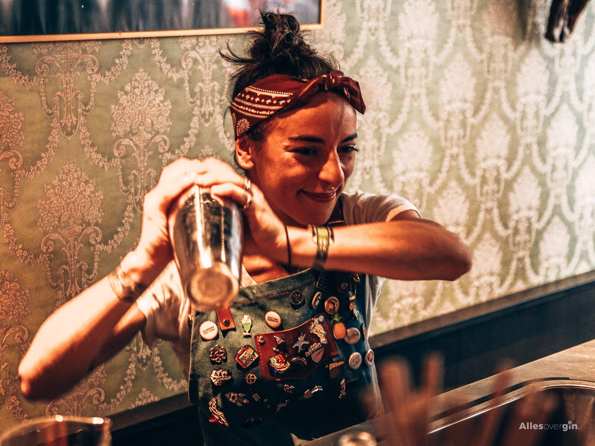 A bartender's story, bartender Alice Razzi, Alles over gin.