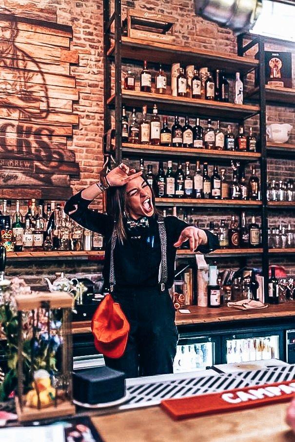 A bartender's story met Alice Razzi in de hoofdrol, Alles over gin.